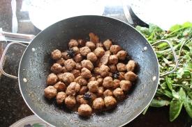 Almôndegas de carne suína envoltas em surpreendente molho agridoce picante. Inspirado em receita da província de Sichuan, na China.