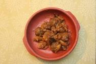 Almôndegas de cordeiro envoltas em molho de frutas secas e especiarias. Inspirado em prato de origem marroquina.