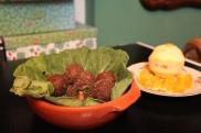 Um resumo da nossa tradicional feijoada: bolinhas de feijão bem temperado com recheio de bacon crocante envolto em couve refogada. Acompanha molho de pimenta com feijão.