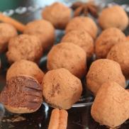 Deliciosas trufas de chocolate meio amargo com consistência ao mesmo tempo cremosa e firme, que desmancha na boca. Envoltas em cacau em pó. Também disponíveis nas variações laranja, café ou pimenta.