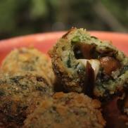 Cremoso bolinho de espinafre recheado com mussarela de búfala, shiitake e cebola ao shoyu.