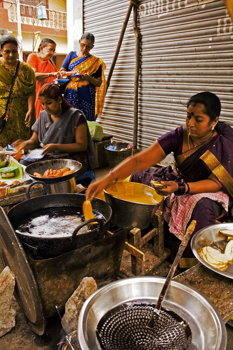 Vendedoras de bhajis nas ruas de Chennai, capital de Tamil Nadu. Foto de Nagesh Jayaraman/Wikicommons