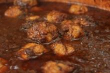 As almôndegas italianasclássicascom ragu napolitano, saboroso molho de carnes com tomates cozido por mais de 10 horas em panela de barro
