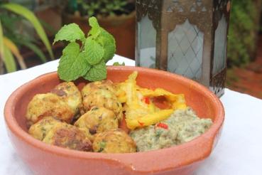 Suculentos e aromáticos kebabs de peixe e alcaparras acompanhados de molho de berinjela tostada e picles de limão siciliano