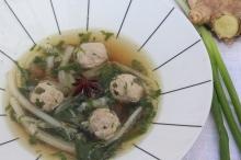 Picante sopa de legumes chinesa com almôndegas de carne suína carregada no gengibre