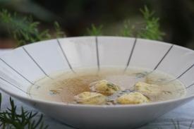 Caldo de frango caipira com kneidlach (bolinho de farinha de matzá)