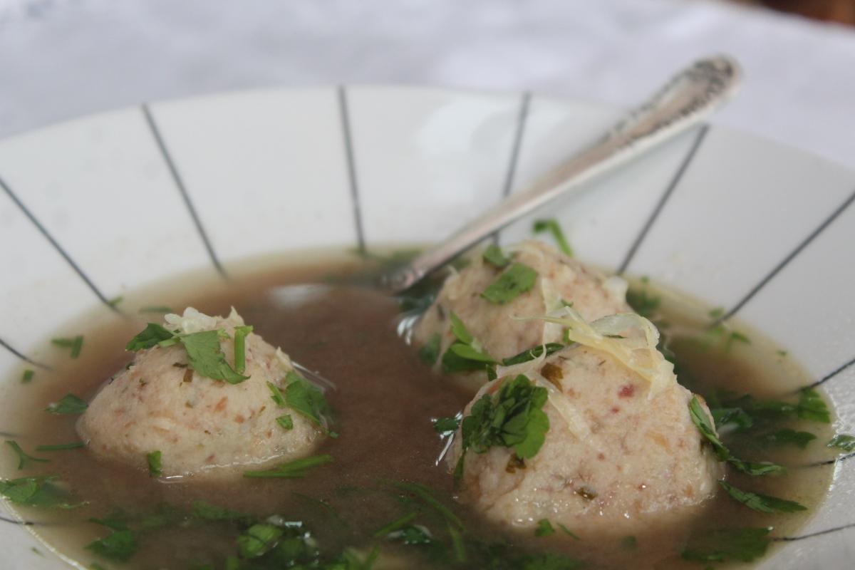 Knodel: caldo de carne com bolinhas de massa de pão, linguiça, queijo e condimentos