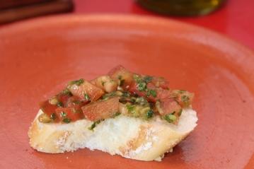 Molho de pimenta verde iemenita, considerada a pasta de pimenta nacional de Israel. Na foto, servido com tomates picados como bruschetta