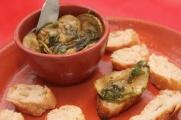 Antepasto italiano de abobrinha e temperos no vinagre