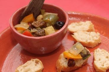 Antepasto italiano de berinjela, abobrinha, pimentões, cebola e uvas passas no azeite