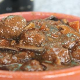 Suculentos bolinhos de carne recheados com queijo tipo Reino cremoso em molho encorpado à base de cerveja Stout com shitake
