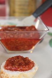 Pastinha italiana de aliche, pimentão vermelho e azeite