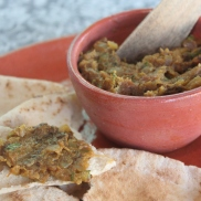 Baingan Bharta, pasta de berinjela grelhada com especiarias indianas e coentrol