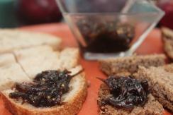 Antepasto agridoce de cebola roxa e sementes de mostarda